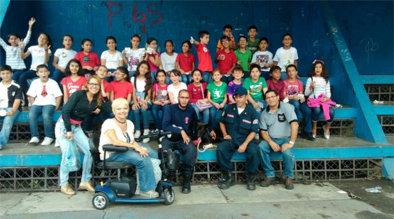 En la foto aparecen: los alumnos,  la maestra, Cristina Camilloni, Jorge Beens y José Gallardo